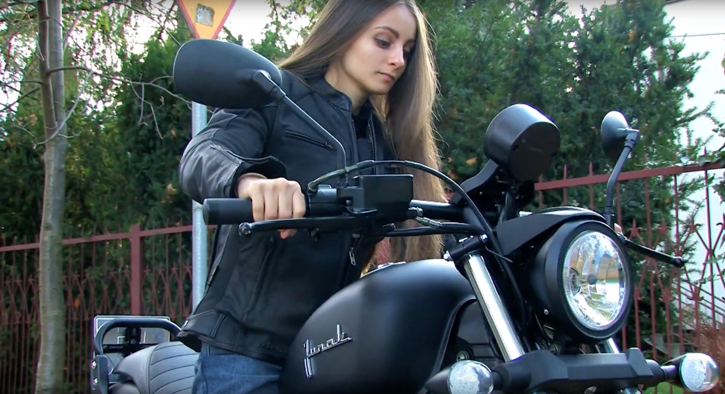 Junak M12 Vintage 125: Motocykl dla kobiety z prawem jazdy B?